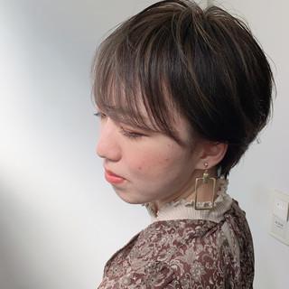 ナチュラル 大人ハイライト スモーキーアッシュベージュ ベリーショート ヘアスタイルや髪型の写真・画像