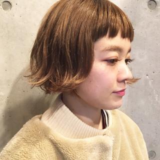 ブリーチ ショートボブ ミルクティー 前髪パッツン ヘアスタイルや髪型の写真・画像