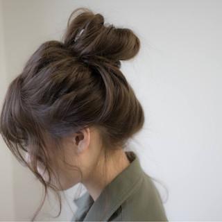 ラフ お団子 ヘアアレンジ アッシュベージュ ヘアスタイルや髪型の写真・画像
