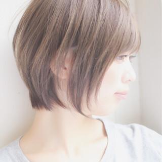 小顔 ショート フリンジバング ミルクティー ヘアスタイルや髪型の写真・画像
