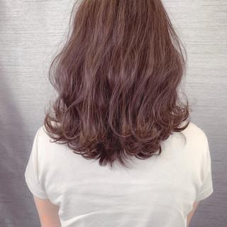 ラズベリーピンク ピンクアッシュ ナチュラル ミディアム ヘアスタイルや髪型の写真・画像