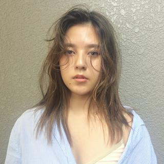 アンニュイほつれヘア 簡単ヘアアレンジ セミロング パーマ ヘアスタイルや髪型の写真・画像