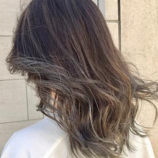 ナチュラル ミディアム グラデーションカラー シルバーアッシュ ヘアスタイルや髪型の写真・画像