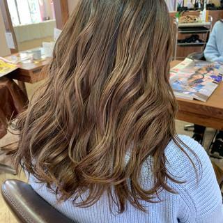 アッシュベージュ ロング ベージュ エレガント ヘアスタイルや髪型の写真・画像