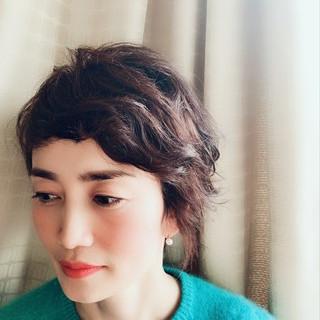 アシメバング 40代 パーマ 大人かわいい ヘアスタイルや髪型の写真・画像