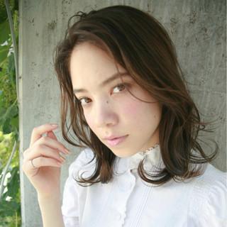 ミディアム パーマ ハイライト ピュア ヘアスタイルや髪型の写真・画像