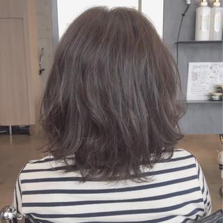 アッシュ 外ハネ パーマ 暗髪 ヘアスタイルや髪型の写真・画像