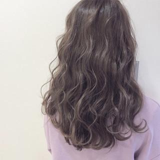 フェミニン ラベンダーアッシュ セミロング グレージュ ヘアスタイルや髪型の写真・画像