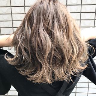 外国人風 ブラウン ハイライト ミディアム ヘアスタイルや髪型の写真・画像 ヘアスタイルや髪型の写真・画像