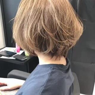 ショートヘア 前下がりショート グレージュ ショートボブ ヘアスタイルや髪型の写真・画像