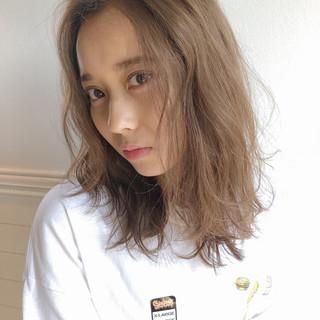 ベージュ ミディアム ヘアアレンジ かき上げ前髪 ヘアスタイルや髪型の写真・画像