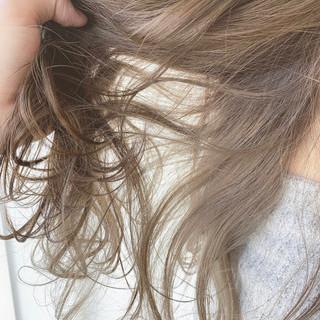 フェミニン ふんわり 透明感カラー アッシュベージュ ヘアスタイルや髪型の写真・画像