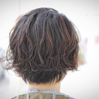 ショート エアリー パーマ ハイライト ヘアスタイルや髪型の写真・画像