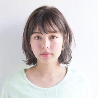 ミディアム ウェーブ グレージュ アンニュイ ヘアスタイルや髪型の写真・画像