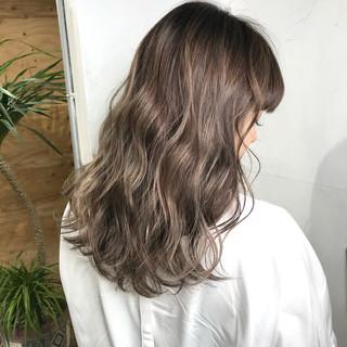 バレイヤージュ ハイライト セミロング アッシュ ヘアスタイルや髪型の写真・画像