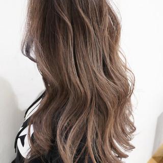 ローライト バレイヤージュ グレージュ ロング ヘアスタイルや髪型の写真・画像 ヘアスタイルや髪型の写真・画像