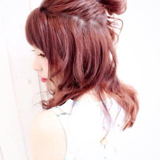 セミロング レッド お団子 メッシーバン ヘアスタイルや髪型の写真・画像