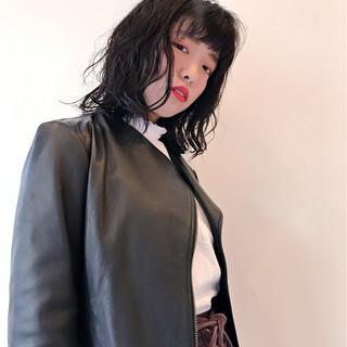 フェミニン 色気 ウェーブ ミディアム ヘアスタイルや髪型の写真・画像