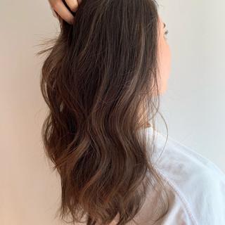 ロング ハイライト エレガント アッシュ ヘアスタイルや髪型の写真・画像