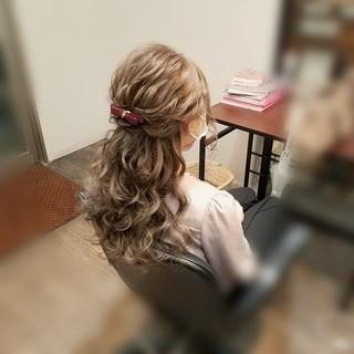 ハーフアップ ねじり フェミニン ヘアアレンジ ヘアスタイルや髪型の写真・画像