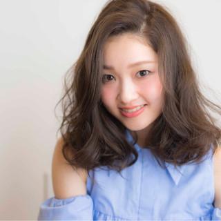 大人かわいい ミディアム 外国人風 かき上げ前髪 ヘアスタイルや髪型の写真・画像
