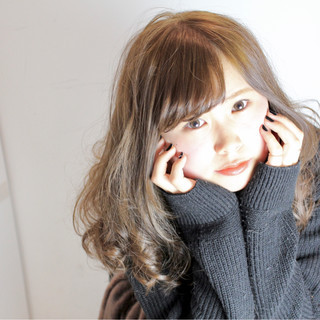 セミロング イルミナカラー フェミニン 小顔 ヘアスタイルや髪型の写真・画像