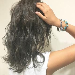 暗髪 ハイライト くせ毛風 ミディアム ヘアスタイルや髪型の写真・画像 ヘアスタイルや髪型の写真・画像