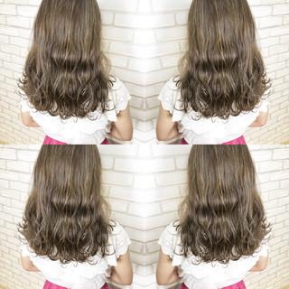 セミロング ハイライト グレージュ デート ヘアスタイルや髪型の写真・画像