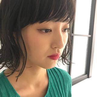 暗髪 アンニュイ 外ハネ ウェーブ ヘアスタイルや髪型の写真・画像