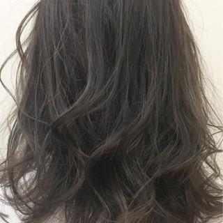 外国人風 ミディアム ストリート アッシュグレージュ ヘアスタイルや髪型の写真・画像