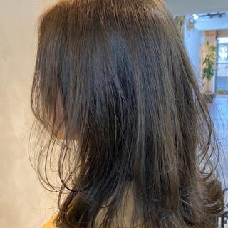 ほつれウエーブ ミディアム オリーブカラー ナチュラル ヘアスタイルや髪型の写真・画像
