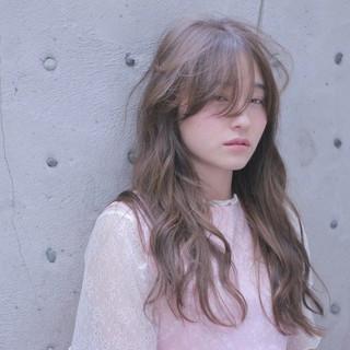 フェザーバング フェミニン うざバング グレージュ ヘアスタイルや髪型の写真・画像