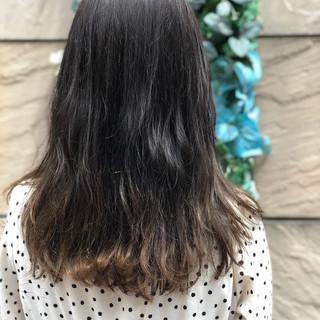 グレージュ アッシュグレージュ グラデーションカラー デート ヘアスタイルや髪型の写真・画像