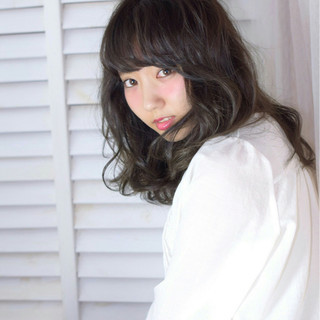 グラデーションカラー パーマ ミディアム 暗髪 ヘアスタイルや髪型の写真・画像