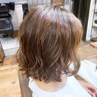 ショートヘア デジタルパーマ コテ巻き風パーマ ナチュラル ヘアスタイルや髪型の写真・画像