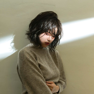 切りっぱなしボブ アンニュイほつれヘア シアーベージュ 透明感カラー ヘアスタイルや髪型の写真・画像