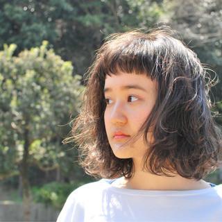 パーマ ミディアム 前髪あり 黒髪 ヘアスタイルや髪型の写真・画像