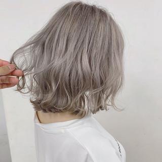 ブリーチカラー 切りっぱなしボブ ミルクティーベージュ ホワイトブリーチ ヘアスタイルや髪型の写真・画像