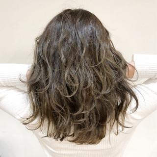 ミルクティーベージュ バレイヤージュ グラデーションカラー フェミニン ヘアスタイルや髪型の写真・画像