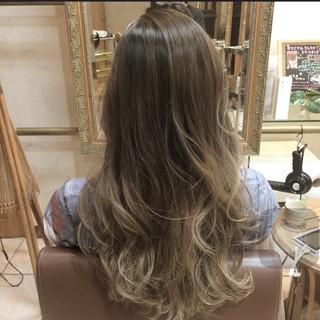 外国人風 ロング グレージュ アッシュ ヘアスタイルや髪型の写真・画像