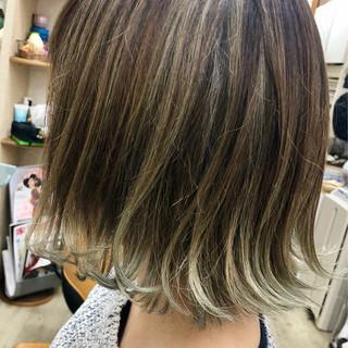 裾カラー ホワイトシルバー ストリート ボブ ヘアスタイルや髪型の写真・画像