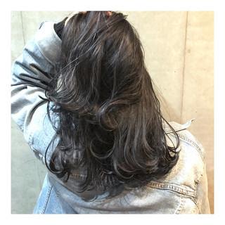 セミロング モード ネイビーアッシュ 透明感 ヘアスタイルや髪型の写真・画像