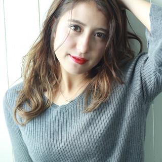ハイライト 外国人風 ウェーブ バレイヤージュ ヘアスタイルや髪型の写真・画像