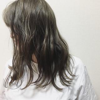 外国人風 グレージュ ウェットヘア ウェーブ ヘアスタイルや髪型の写真・画像