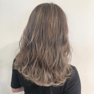 クリーミーカラー ミルクティーベージュ イルミナカラー セミロング ヘアスタイルや髪型の写真・画像