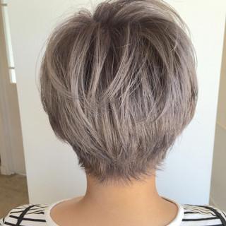 シルバー ブルージュ ストリート グレー ヘアスタイルや髪型の写真・画像