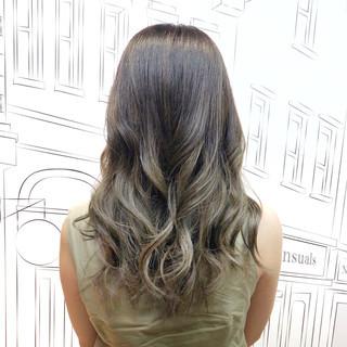 イルミナカラー 上品 セミロング グレーアッシュ ヘアスタイルや髪型の写真・画像