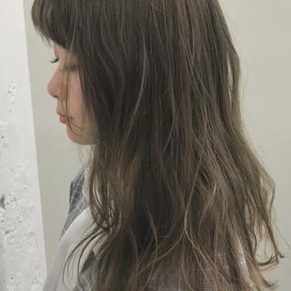 アッシュベージュ ブロンド ハイトーンカラー セミロング ヘアスタイルや髪型の写真・画像