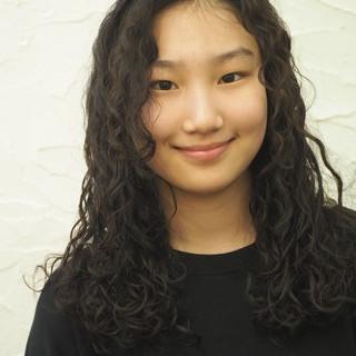 パーマ 外国人風 黒髪 フェミニン ヘアスタイルや髪型の写真・画像