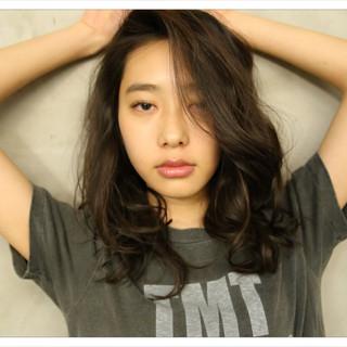 アッシュ セミロング 外国人風 フェミニン ヘアスタイルや髪型の写真・画像